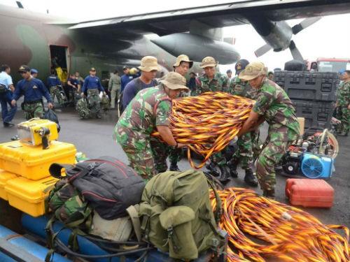 Vụ máy bay AirAsia QZ8501 rơi: Đội thợ lặn bất chấp mưa bão tìm kiếm mảnh vỡ máy bay; 123 người vẫn chưa được tìm thấy - anh 2