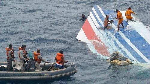 Tin mới nhất về vụ máy bay AirAsia QZ8501 rơi: Đã tìm thấy đuôi máy bay và tổng 41 thi thể - anh 1