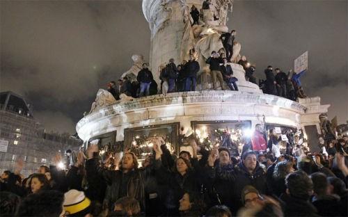 Pháp để quốc tang 12 nạn nhân; Cảnh sát ráo riết truy lùng 3 kẻ tấn công có chủ đích - anh 1