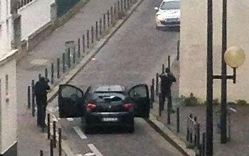 Tin mới nhất về Vụ xả súng tại Pháp: 1 kẻ tấn công đã ra đầu thú - anh 1