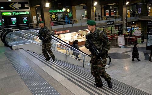 Pháp để quốc tang 12 nạn nhân; Cảnh sát ráo riết truy lùng 3 kẻ tấn công có chủ đích - anh 4