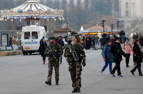Tin mới nhất về Vụ xả súng tại Pháp: 1 kẻ tấn công đã ra đầu thú - anh 3