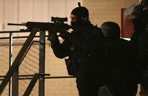 Tin mới nhất về Vụ xả súng tại Pháp: 1 kẻ tấn công đã ra đầu thú - anh 2