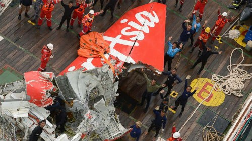 Tin mới nhất về Vụ máy bay AirAsia QZ8501 rơi: Đã tìm thấy hộp đen; 48 thi thể được trục vớt - anh 3