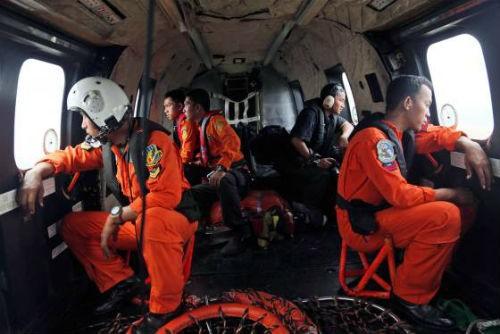Tin mới nhất về máy bay AirAsia QZ8501: Tìm xong hộp đen, người nhà nạn nhân mong mỏi điều gì? - anh 2