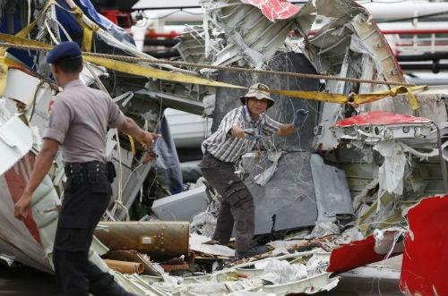 Tin mới nhất về máy bay AirAsia QZ8501: Đã tìm thấy hộp đen thứ 2 ghi âm giọng nói; Nguyên nhân máy bay rơi sẽ sáng tỏ - anh 2