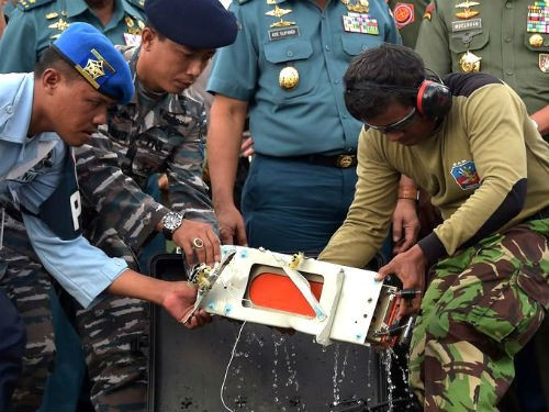 Tin mới nhất về máy bay AirAsia QZ8501: Đã tìm thấy hộp đen thứ 2 ghi âm giọng nói; Nguyên nhân máy bay rơi sẽ sáng tỏ - anh 1