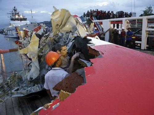 Tin mới nhất về máy bay AirAsia QZ8501: Đã tìm thấy hộp đen thứ 2 ghi âm giọng nói; Nguyên nhân máy bay rơi sẽ sáng tỏ - anh 3