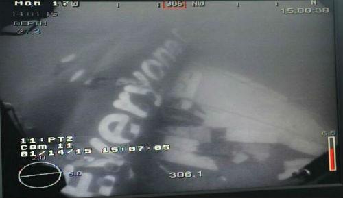 Đã tìm thấy phần thân máy bay AirAsia QZ8501; Người nhà nạn nhân thêm hi vọng mang thi thể người thân về - anh 1