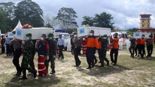 Tin mới nhất về máy bay AirAsia QZ8501: Tổng 69 thi thể được tìm thấy; Nỗ lực trục vớt thân máy bay 2 lần thất bại - anh 3