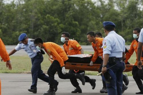 Tin mới nhất về máy bay AirAsia QZ8501: Tổng 86 thi thể được tìm thấy - anh 1