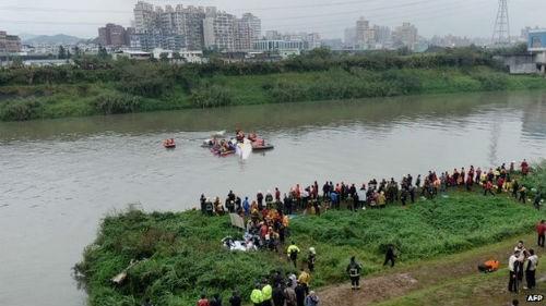 [Cập nhật] Máy bay Đài Loan đâm sầm vào cầu, 35 người chết; Phi công được ca ngợi như người hùng - anh 13