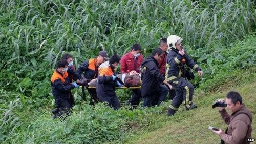 [Cập nhật] Máy bay Đài Loan đâm sầm vào cầu, 35 người chết; Phi công được ca ngợi như người hùng - anh 14
