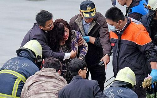 [Cập nhật] Máy bay Đài Loan đâm sầm vào cầu, 35 người chết; Phi công được ca ngợi như người hùng - anh 10