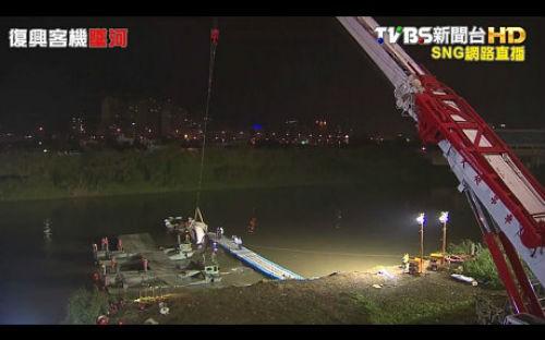[Cập nhật] Máy bay Đài Loan đâm sầm vào cầu, 35 người chết; Phi công được ca ngợi như người hùng - anh 4