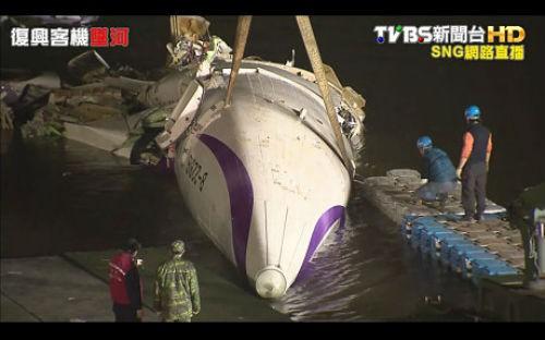 [Cập nhật] Máy bay Đài Loan đâm sầm vào cầu, 35 người chết; Phi công được ca ngợi như người hùng - anh 5