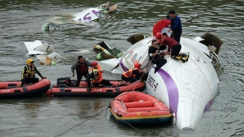 [Cập nhật] Máy bay Đài Loan đâm sầm vào cầu, 35 người chết; Phi công được ca ngợi như người hùng - anh 8