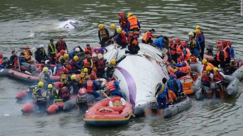 Giám đốc TransAsia xin lỗi các gia đình nạn nhân vụ máy bay Đài Loan rơi - anh 4