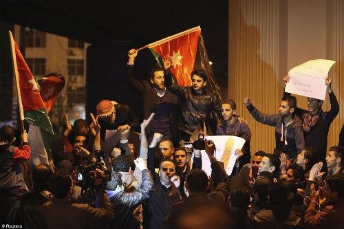 Hàng ngàn người Jordan biểu tình, đòi nợ 'bằng máu' - anh 1