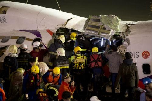 [Cập nhật] Máy bay Đài Loan đâm sầm vào cầu, 35 người chết; Phi công được ca ngợi như người hùng - anh 1