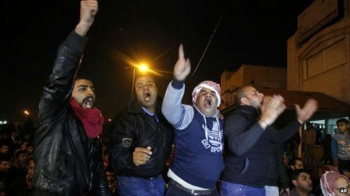 Vụ IS thiêu sống phi công Jordan: Quốc vương Jordan thề sẽ trừng trị bè lũ IS - anh 2