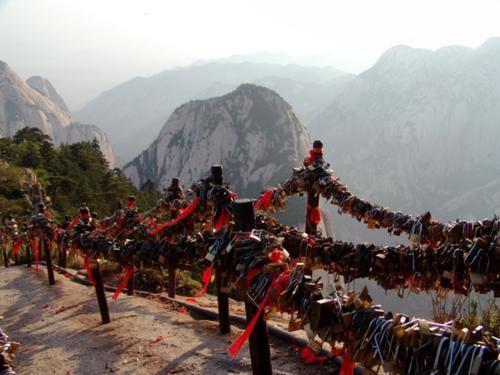 Khám phá 10 cây Cầu Khóa Tình Yêu đẹp nhất thế giới - anh 15