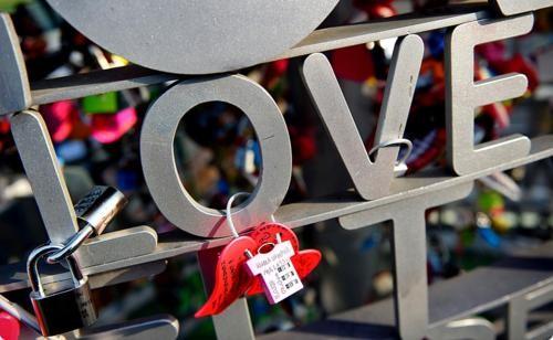 Khám phá 10 cây Cầu Khóa Tình Yêu đẹp nhất thế giới - anh 5