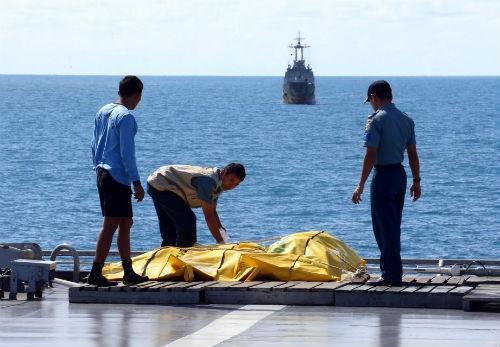 Tin mới nhất về máy bay AirAsia QZ8501: Tổng 100 thi thể được tìm thấy; 72 nạn nhân được nhận dạng - anh 1