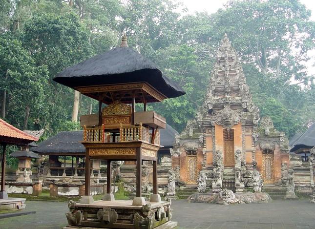 Những ngôi đền thiêng bên bờ biển xinh đẹp của Bali - anh 1