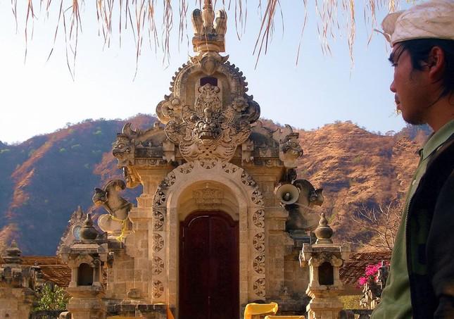 Những ngôi đền thiêng bên bờ biển xinh đẹp của Bali - anh 2