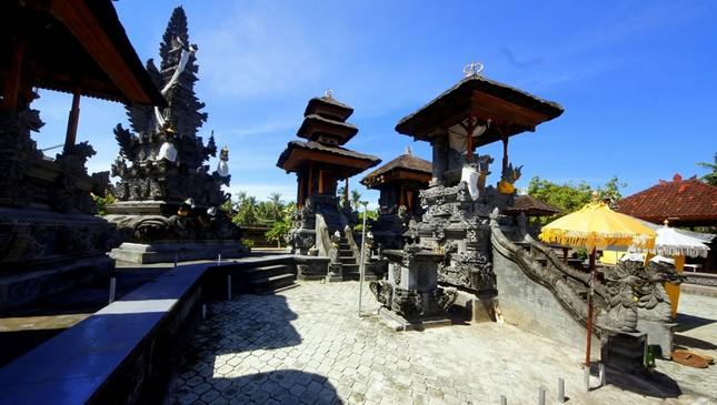 Những ngôi đền thiêng bên bờ biển xinh đẹp của Bali - anh 3