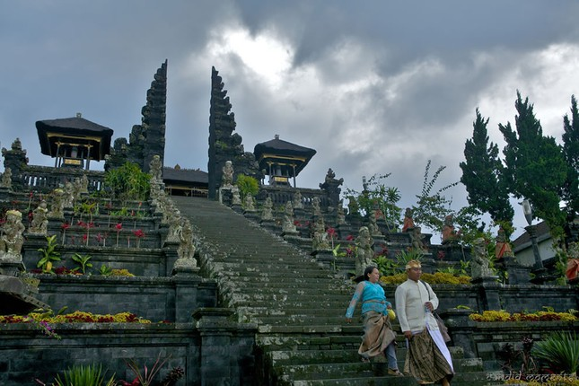 Những ngôi đền thiêng bên bờ biển xinh đẹp của Bali - anh 5