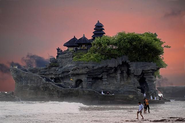 Những ngôi đền thiêng bên bờ biển xinh đẹp của Bali - anh 11