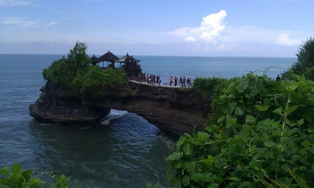 Những ngôi đền thiêng bên bờ biển xinh đẹp của Bali - anh 10