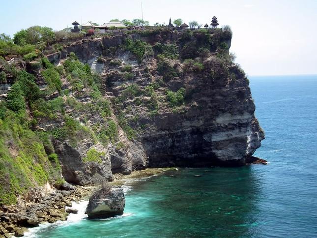 Những ngôi đền thiêng bên bờ biển xinh đẹp của Bali - anh 13