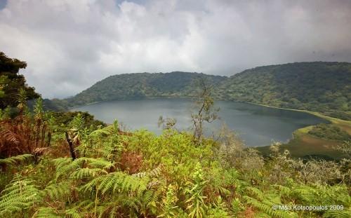 Vẻ đẹp thiên đường của những hồ núi lửa trên Trái đất - anh 9