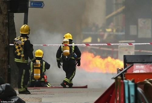 Anh: Hỏa hoạn ở trung tâm London, 2.000 người sơ tán - anh 1