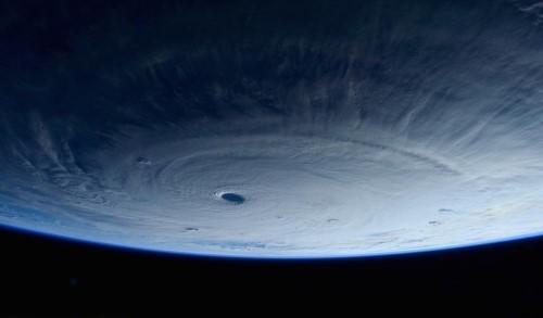 Hình ảnh siêu bão Maysak sắp đổ bộ vào Philippines nhìn từ vũ trụ - anh 1