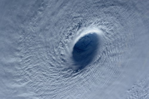 Hình ảnh siêu bão Maysak sắp đổ bộ vào Philippines nhìn từ vũ trụ - anh 3