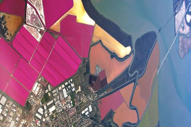 Ngắm 10 hồ nước màu hồng tuyệt đẹp trên thế giới - anh 10
