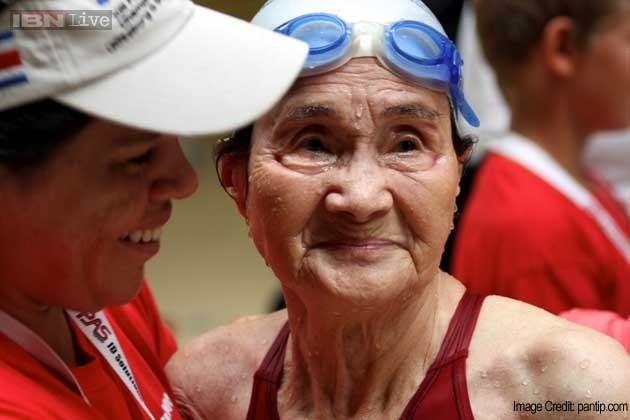 Cụ bà 101 tuổi lập kỷ lục bơi 1.500m - anh 1