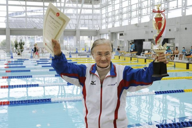 Cụ bà 101 tuổi lập kỷ lục bơi 1.500m - anh 2