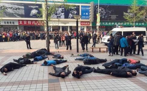 30 tài xế Trung Quốc uống thuốc sâu tự tử, đâu là nguyên nhân? - anh 1
