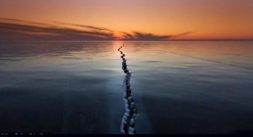 Vết nứt kỳ bí dài hàng trăm mét giữa hồ nước ngọt lớn nhất thế giới - anh 1