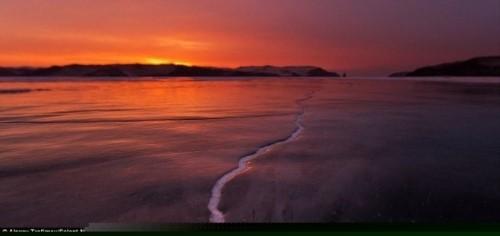 Vết nứt kỳ bí dài hàng trăm mét giữa hồ nước ngọt lớn nhất thế giới - anh 9
