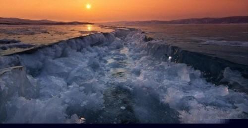 Vết nứt kỳ bí dài hàng trăm mét giữa hồ nước ngọt lớn nhất thế giới - anh 2