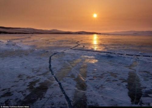 Vết nứt kỳ bí dài hàng trăm mét giữa hồ nước ngọt lớn nhất thế giới - anh 3