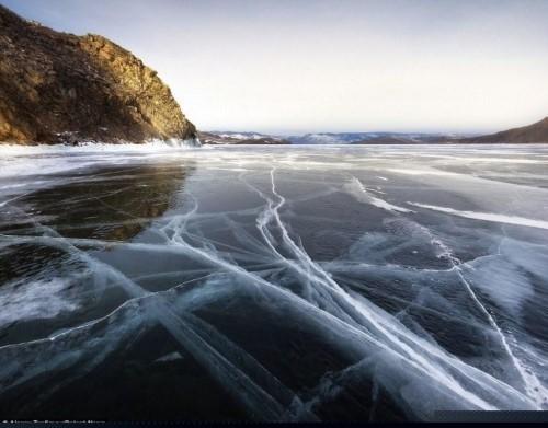 Vết nứt kỳ bí dài hàng trăm mét giữa hồ nước ngọt lớn nhất thế giới - anh 4