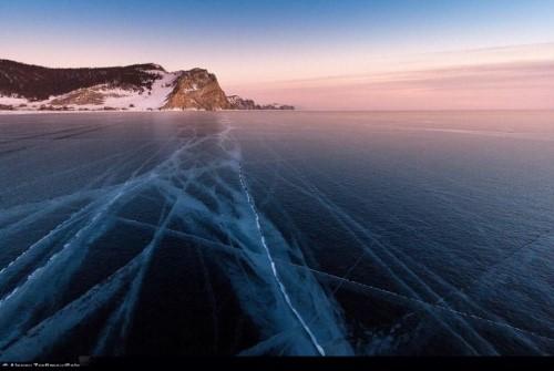 Vết nứt kỳ bí dài hàng trăm mét giữa hồ nước ngọt lớn nhất thế giới - anh 5
