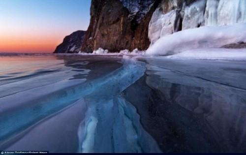 Vết nứt kỳ bí dài hàng trăm mét giữa hồ nước ngọt lớn nhất thế giới - anh 6